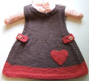 Çikolata ve çilek renginde kol askılı bebek elbisesi