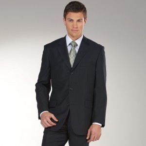 İçine kareli gömlek ve metalik yeşil kravat giyilmiş çizgili siyah takım elbise