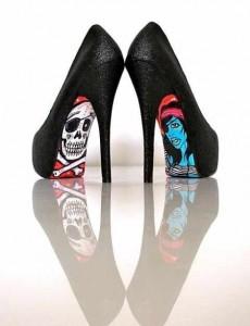 Korsan bulanan tabanıyla siyah uzun topuklu genç bayan ayakkabısı