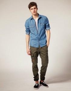 Avcı pantolonu olan kot gömlekli erkek kombin