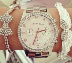 Çember şeklinde çerçeveye sahip gümüş bayan kol saati