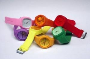 Bol bol renk çeşidi bulunan renkli bayan kol saatleri