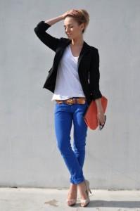 Siyah ceket,turuncu cüzdan,siyah numarlı rayban gözlük,beyaz bluz,mavi pantolon ve krem topuklu ayakkabılı bayan kombin