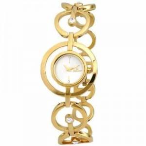 Bayanlar için kombinlere elbiselere ayakkabılara ek olarak altın saat