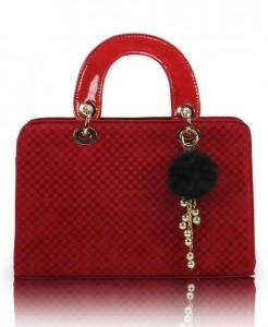 Dama tahtasına benzer desende kırmızı bayan kol çantası