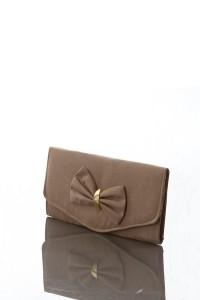 Fiyonk olan kahverengi el çantası