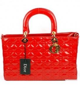 Parlak kırmızı renginde kabartma efektleri yer alan kırmızı bayan çantaları